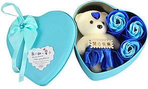 Коробка в форме сердца Голубая с мыльным цветком с 3 розами и 1 мишкой
