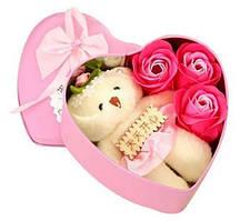 Коробка в форме сердца Розовая с мыльным цветком с 3 розами и 1 мишкой