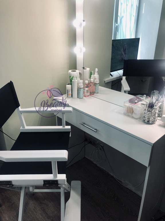 Стол для макияжа с центральным ящиком и зеркалом, высокий стул для визажиста.