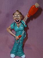 Медсестра с грелкой статуэтка профессии 16,5 см