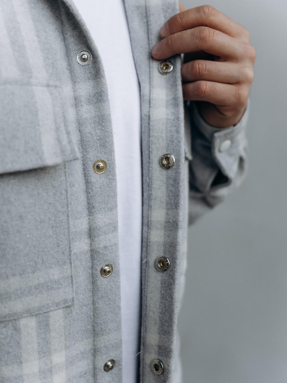 Мужская клетчатая теплая байковая куртка-рубашка на пуговицах с карманами серо-белая, фото 3