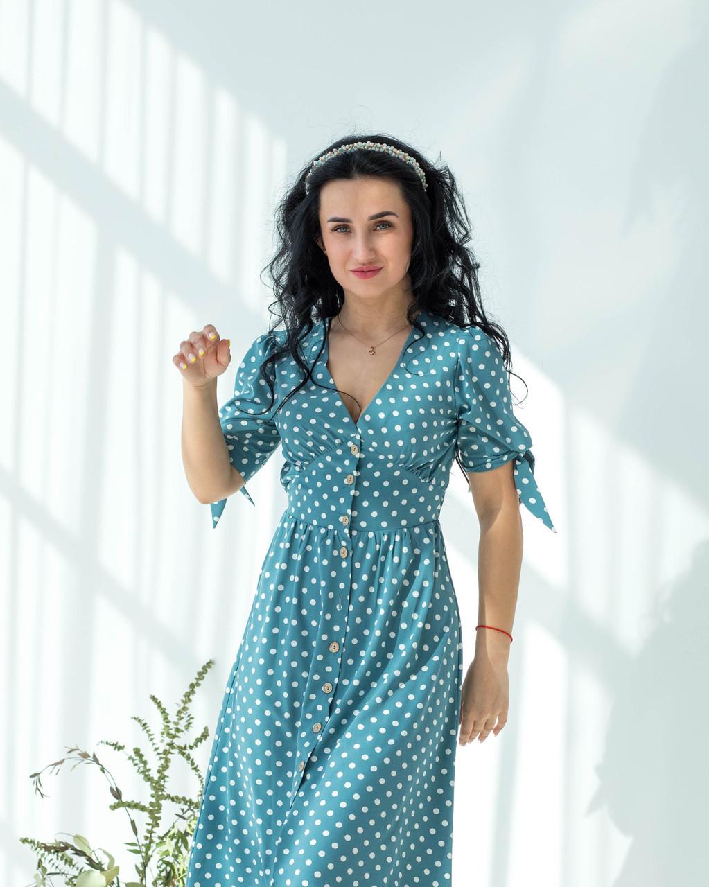 Летнее бирюзовое платье в белый горошек застегивается на пуговицы рукав с манжетной завязкой