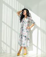 Женское светлое летнее платье с цветами, бабочками на пуговицах длины миди