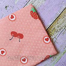 Ткань хлопок для рукоделия клубнички и вишенки на персиковом фоне