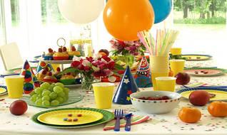 Сервировка стола! Тарелочки, стаканчики, скатерти, трубочки,вилочки,ложечки.