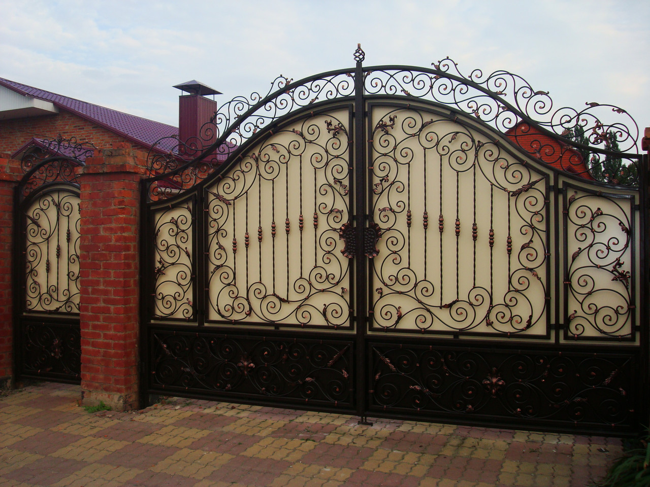 Кованные ворота калитки