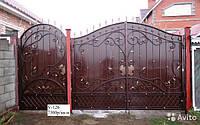 Металлические ворота с кованными элементами
