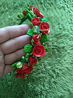 Обруч з червоними трояндами.