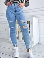 Женские голубые рваные джинсы мом