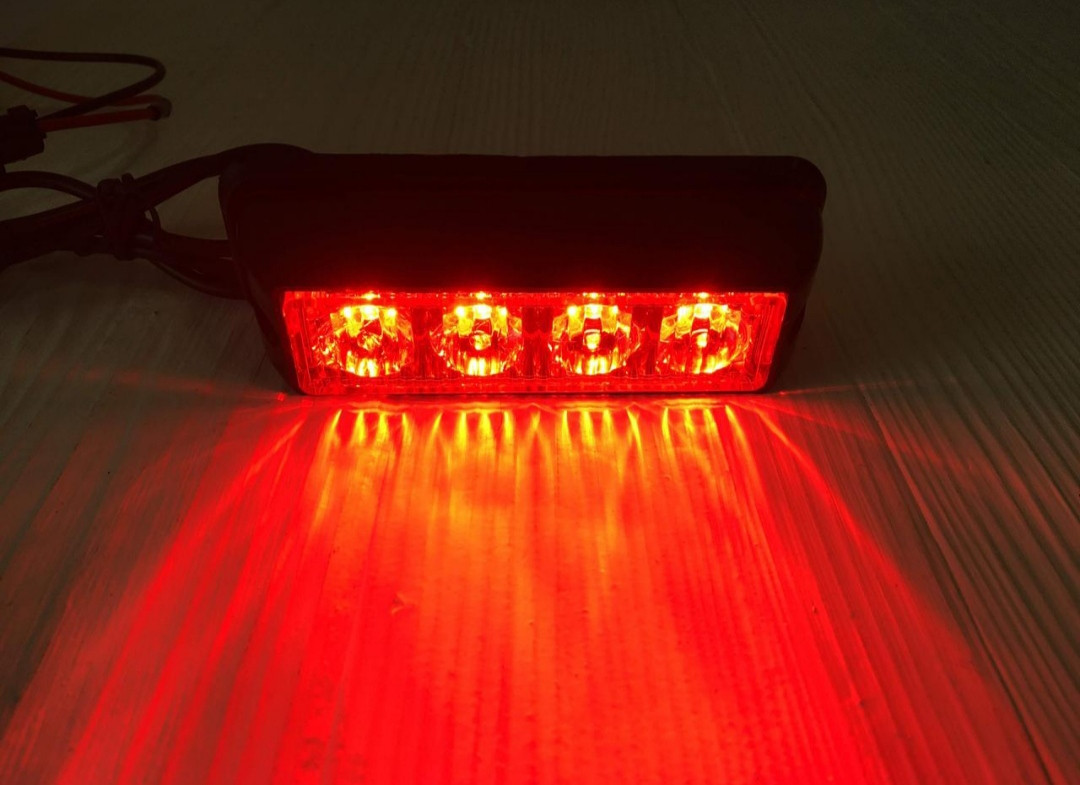 Проблисковий сигнальний червоний LED стробоскоп/маячок в решітку .бампер.Проблисковий маячок для авто -12-24V