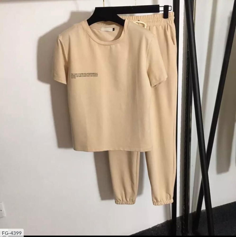 Женский прогулочный костюм с надписью на футболке