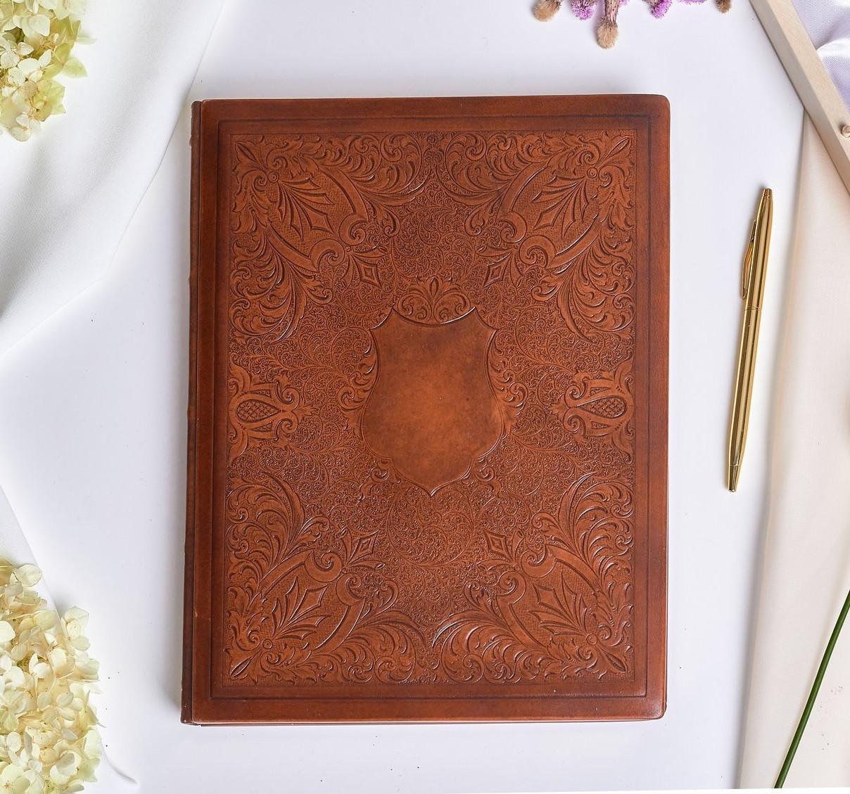 Книга для почетных гостей с возможностью персонализации в кожаном переплете