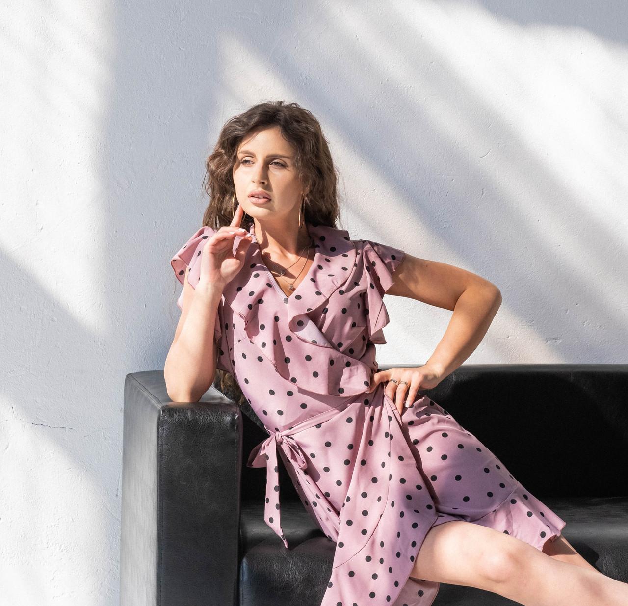 Женское платье в горошек с рюшами темная пудра