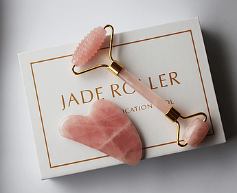 Jade roller Ребристый массажный ролик и скребок гуаша в подарочной коробочке