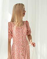 Женское летнее платье на пуговицах длиной за колена цвета пудры в белый цветочный принт