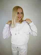 Білий жіночий костюм