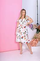 Стильное летнее платье ниже колен на запах с открытыми плечами на пышных дам белое с принтом р.48-54 универсал