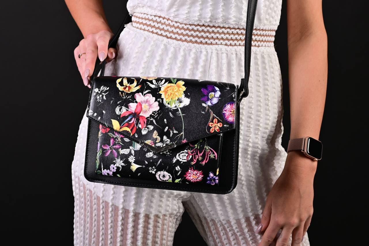 Жіноча чорна сумка з квітковим принтом код 7-8004