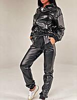 Жіночий стильний брючний костюм з еко-шкіри з капюшоном, фото 1