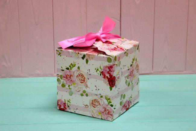 """Подарочная коробка квадратная  """"Нежные розочки"""" 12*12*12см"""
