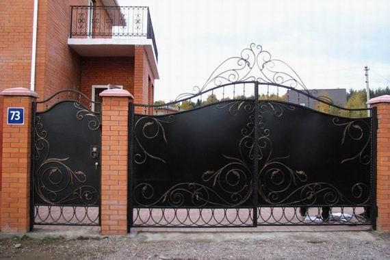 Ворота из профнастила с кованными элементами