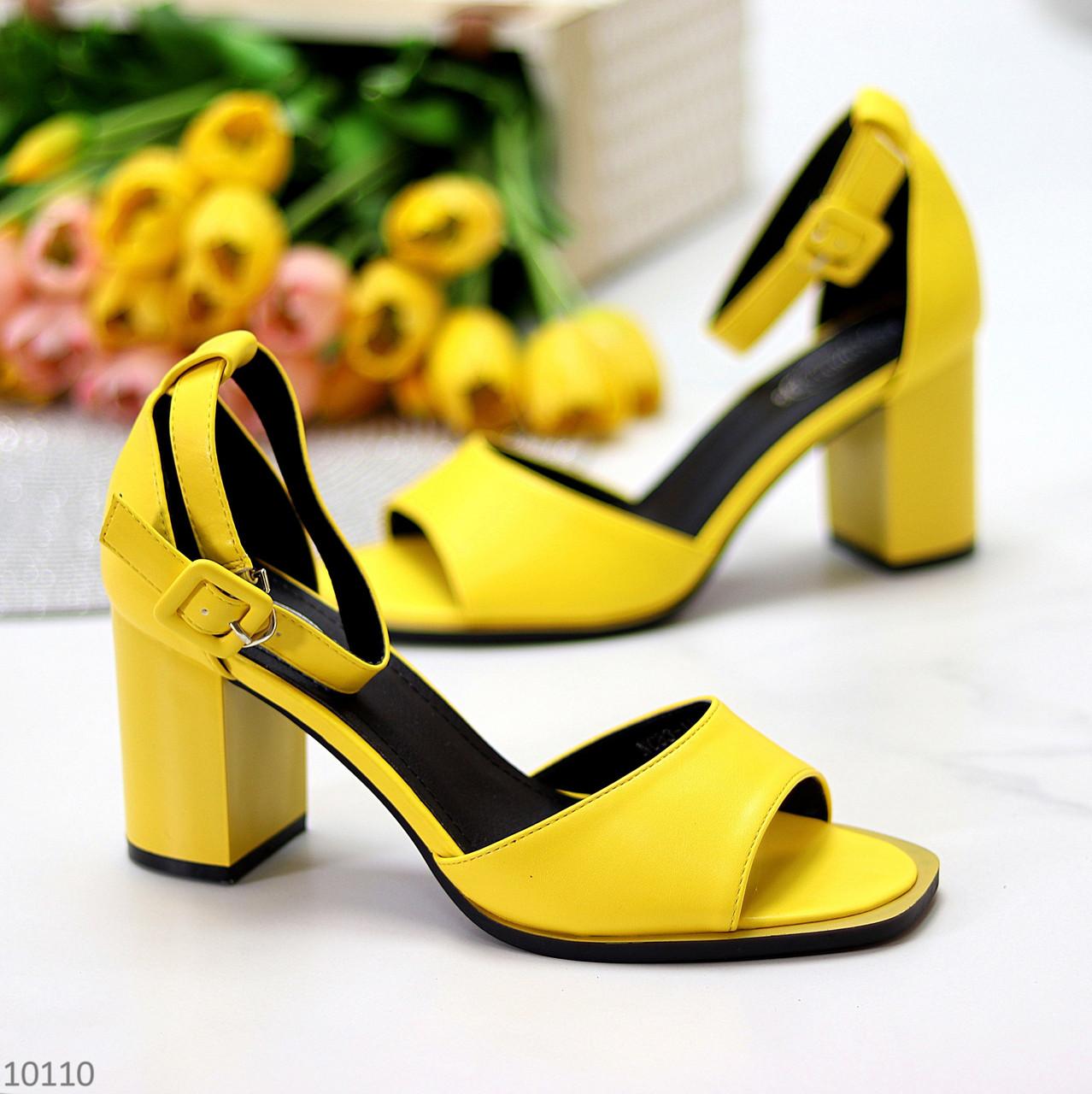 Модельные желтые женские босоножки на ремешке шлейке на устойчивом каблуке