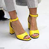 Модельные желтые женские босоножки на ремешке шлейке на устойчивом каблуке, фото 2