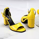 Модельные желтые женские босоножки на ремешке шлейке на устойчивом каблуке, фото 3