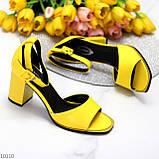 Модельные желтые женские босоножки на ремешке шлейке на устойчивом каблуке, фото 4