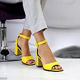 Модельные желтые женские босоножки на ремешке шлейке на устойчивом каблуке, фото 5