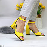 Модельные желтые женские босоножки на ремешке шлейке на устойчивом каблуке, фото 6