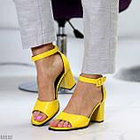 Модельные желтые женские босоножки на ремешке шлейке на устойчивом каблуке, фото 7