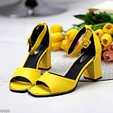 Модельные желтые женские босоножки на ремешке шлейке на устойчивом каблуке, фото 8