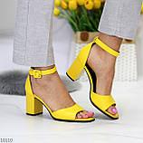 Модельные желтые женские босоножки на ремешке шлейке на устойчивом каблуке, фото 9