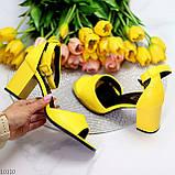 Модельные желтые женские босоножки на ремешке шлейке на устойчивом каблуке, фото 10