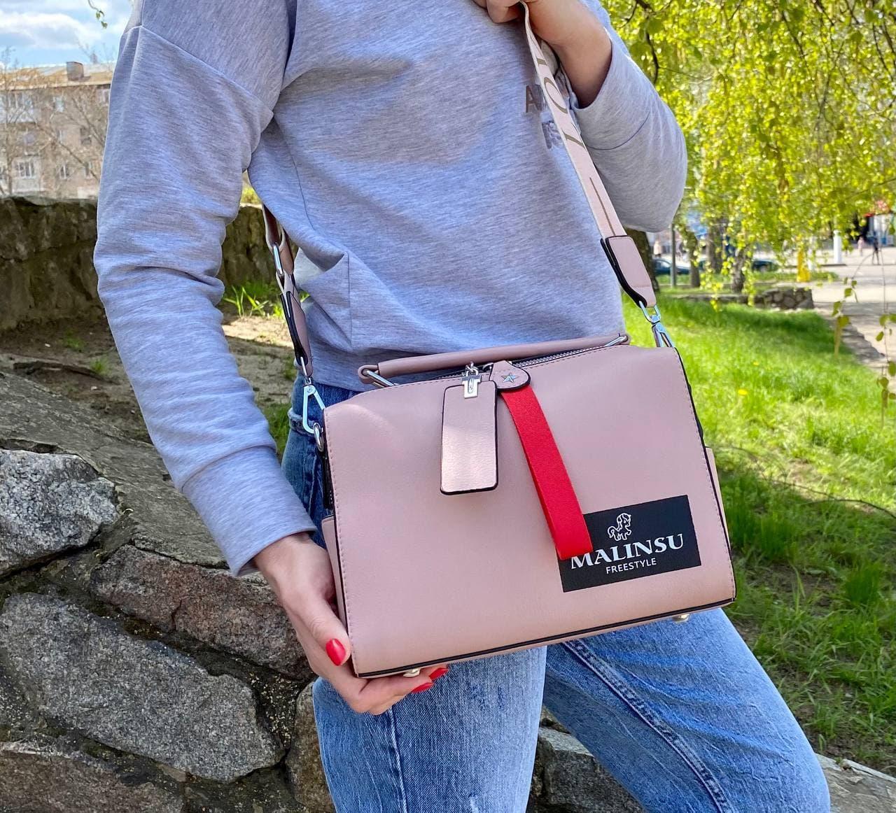 Пудрова жіноча шкіряна сумочка (еко шкіра) з широким ремінцем Malinsu. Стильна повсякденна сумка на плече