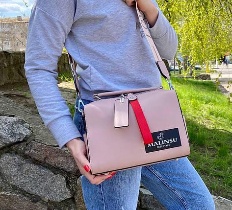 Пудрова жіноча шкіряна сумочка (еко шкіра) з широким ремінцем Malinsu. Стильна повсякденна сумка на плече, фото 2