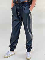 Женские стильные брюки из эко-кожи на манжетах, фото 1