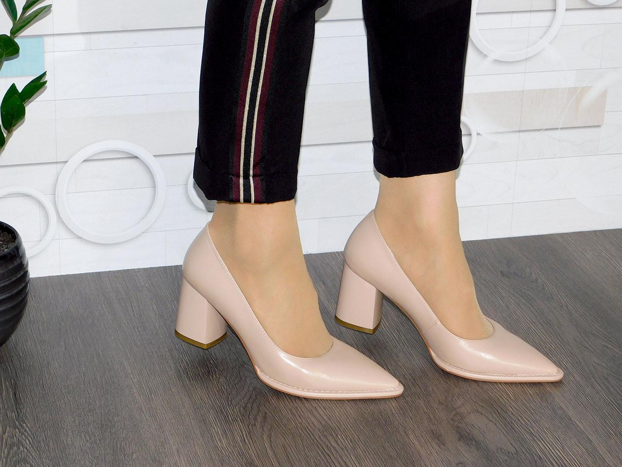 Стильні бежеві туфлі на зручному каблуку жіночі