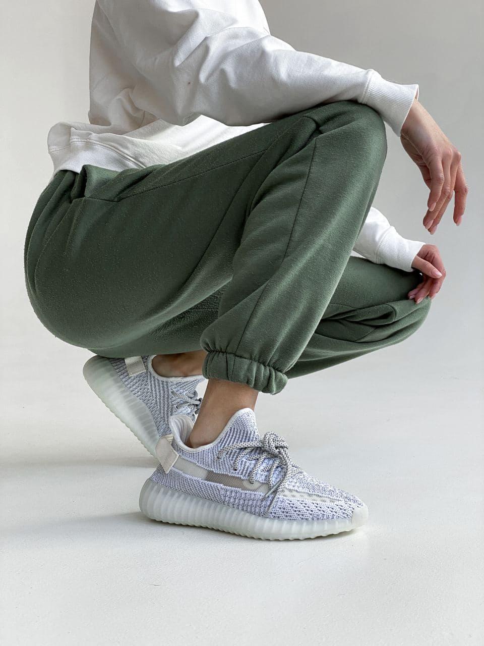 Кроссовки женские Adidas Yeezy рефлективные. Женские кроссовки Адидас Изи Буст светоотражающие.