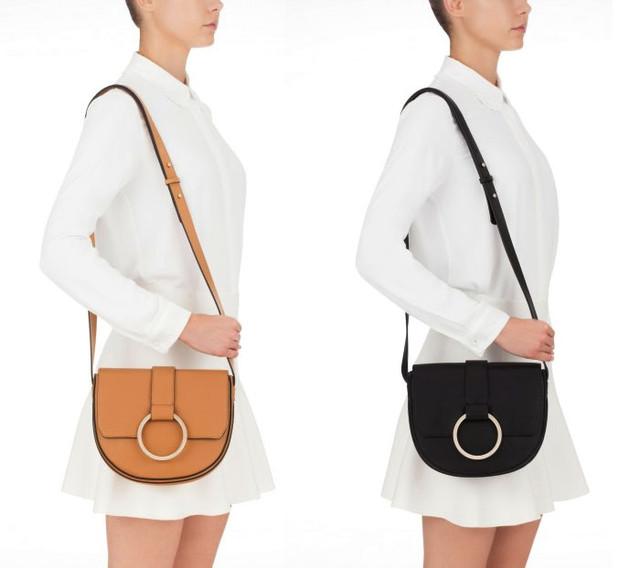 Девушка с сумочкой через плечо Coccinelle Cross Body Bag