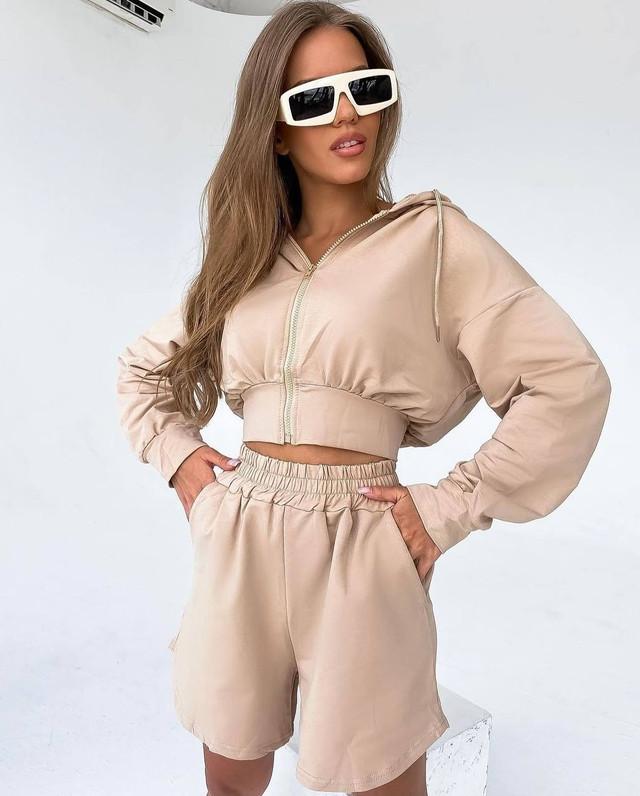Женский летний костюм-двойка укороченный худи и расклешенные шорты