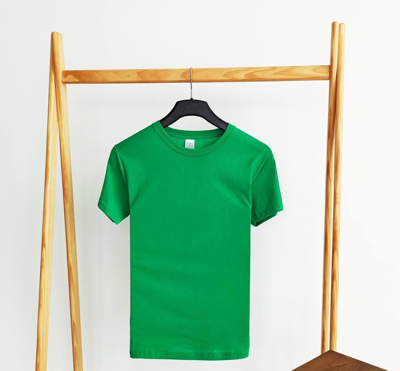 Футболка женская базовая зеленого цвета. Женская базовая футболка без принта зеленая.