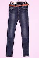Женские зауженные джинсы с легкими потертостями