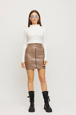 Короткая женская юбка на молнии из экокожи