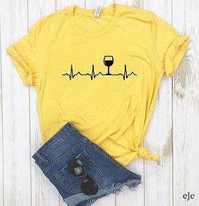 Желтая женская футболка с бокалом