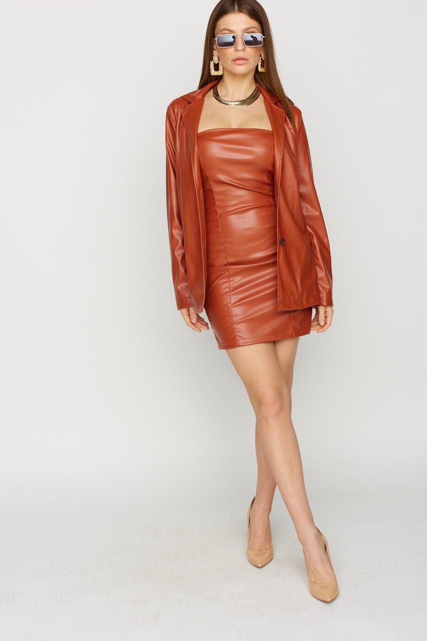 Стильное короткое платье-футляр из экокожи без рукавов