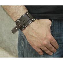 Мужской широкий браслет из натуральной кожи в виде ремня закрывается на кобурной винт