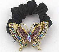 Бабочка золото в сиреневых камнях на атласной резинке