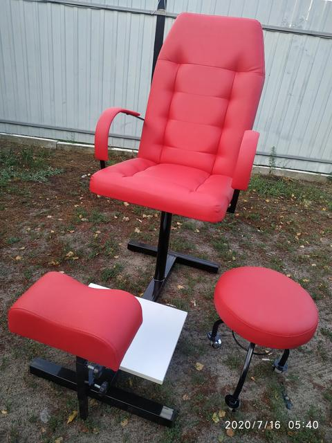 Педикюрні перукарські крісла та підставки